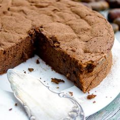 A super easy chocolate chestnut cake recipe. Moist, very sweet and fluffy. Flourless and super delicious, all that's needed is a few simple ingredients. Chestnut Cake Recipe, Whole Food Recipes, Cake Recipes, Cake Images, Cake Cover, Serving Plates, Cake Pans, Banana Bread, Stevia