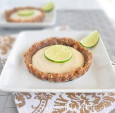 Key Lime Mini Tarts perfect for summer. Vegan, gluten free, grain free and no processed sugars. My mother loves key lime pie, possibly because it takes her like two seconds to make the regular kind lol Raw Desserts, Paleo Dessert, Healthy Sweets, Gluten Free Desserts, Delicious Desserts, Dessert Recipes, Lemon Tarte, Processed Sugar, Cupcakes