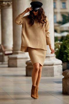 Compleu tricotat cu fusta camel ompus din bluza asimetrica supradimensionata la baza gatului cu maneci lungi si fusta dreapta cu lungime medie Beige, Smart Casual, Costume, How To Make, Outfits, Products, Fashion, Ootd, Moda
