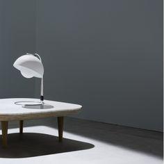 Lampe design Flowerpot - Blanc - H35 cm - And Tradition| Lumi-Design La lampe de table Flowerpot est un luminaire design emblématique des années 70. Comme son nom l'indique, elle s'inspire de la forme d'une fleur. Son style épuré trouvera sa place dans un bureau ou une chambre à coucher. Elle apportera à votre intérieur un éclairage efficace et diffus qui ne manquera pas de mettre en avant votre décoration.