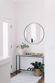 Front Entry: Three Ways Console et miroir circulaire dans un design minimaliste Entry hallway interior design and decor ideas. Simple home decor. Apartment Entryway, Entryway Decor, Foyer, Entry Hallway, Flur Design, Cool Rooms, Simple House, Home Interior Design, Simple Interior