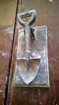 Shovel door knocker - TRUCADORS / PICAPORTES / ALDABAS / KNOCKERS: SARRAL - CONCA DE BARBERÀ - CATALUNYA