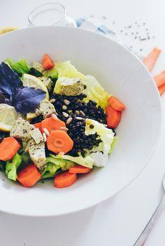 Neulich fand ich besonders knallig, frische Karotten. Ein Grund für meinen einfachen Belugalinsen Salat. Das Linsen Salat Rezept ist einfach und lecker.