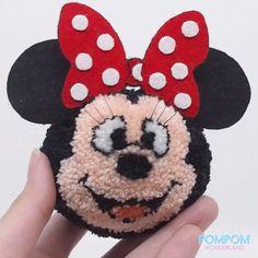 DIY Tutorial - How to Make a Pompom Mickey Mouse - Pompom Tutorial Mickey Mouse Outfit, Mickey Mouse Shorts, Minnie, Pom Pom Crafts, Yarn Crafts, Diy Craft Projects, Crafts For Kids, Mickey Craft, Pom Pom Animals