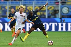 """Palermo's midfielder from Sweden Oscar Hiljemark (L) fights for the ball with Inter Milan's midfielder from France Geoffrey Kondogbia during the Italian Serie A football match Inter Milan vs Palermo at """"San Siro"""" Stadium in Milan on August 28, 2016.   / AFP / GIUSEPPE CACACE"""
