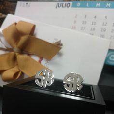 SR  Gemelos personalizados en plata. Un excelente regalo para esos finos caballeros. #gemelos #plata #sterlingsilver #cufflinks #monogram