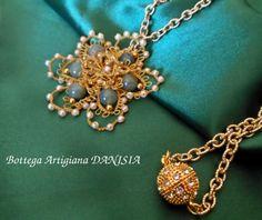 Particolare Medaglione realizzato a Chiacchierino con filato oro Gütermann, perline Rocailles e perle di Giada verde. Chiusura a calamita.