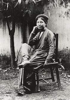 1919-26 Jeune femme Tonkinoise assise sur une chaise