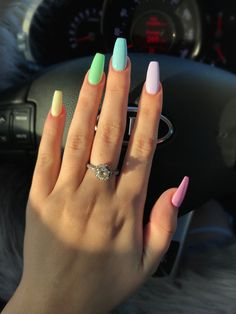 False nails have the advantage of offering a manicure worthy of the most advanced backstage and to hold longer than a simple nail polish. The problem is how to remove them without damaging your nails. Aycrlic Nails, Cute Nails, Coffin Nails, Cute Nail Colors, Gel Nail Color Ideas, Glitter Nails, Fake Nail Ideas, Neutral Colors, Nails 2018
