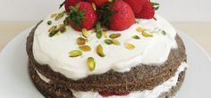 Makový dort s tvarohem a jahodami