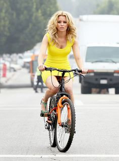 No one wants to be seen doing the embarrassing journey home in the same clothes from the night before. And Elizabeth Banks did well in avoiding further discomfort as she jumped on a bicycle for her new movie Walk of Shame. Elizabeth Banks, Walk Of Shame, Cycling Girls, Cycle Chic, Bicycle Girl, Bike Style, Yellow Dress, Pretty Woman, Actresses