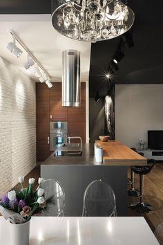 foorni.pl | Rodzinny apartament, ściana z białej cegły w kuchni