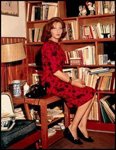 Clarice Lispector fotografada em seu apartamento no Rio de Janeiro, em 1969. Veja mais em: http://semioticas1.blogspot.com.br/2014/02/misterios-de-clarice.html