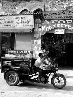 Πωλητής αναψυκτικών μπροστά στο Μπεζεστένι - 1962 φωτογραφία Hubertus Hierl Greece Pictures, Old Pictures, Old Photos, Vintage Photos, Old Greek, Greek Art, Ancient Greek, Thessaloniki, Greece Photography