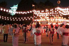 "「名古屋城宵まつり」盛況、名古屋城大盆踊音頭も。 ""Nagoyajō Yoi Matsuri"" seikyō, Nagoyajō Dai Bon Odori ondo mo. ""Festival Yoi Puri Nagoya"" meriah, juga panduan tari Bon Odori Raya Puri Nagoya."