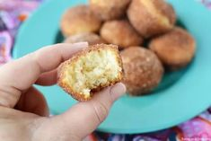 If you love old fashioned sugary donuts but hate all the work, you will love Cinnamon Sugar Mini Donut Muffins. Learn how to make easy Mini Donut Muffins. Donut Muffins, Doughnut, Muffin Recipes, Baking Recipes, Dessert Recipes, Cake Recipes, Cinnamon Sugar Donuts, Cinnamon Recipes, Bite Size Desserts