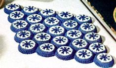 Bottle Cap crochet hot pad/trivet www. Crochet Home, Free Crochet, Crochet Kitchen, Bottle Cap Crafts, Bottle Caps, Beer Bottle, Small Crochet Gifts, Vintage Potholders, Plate Mat