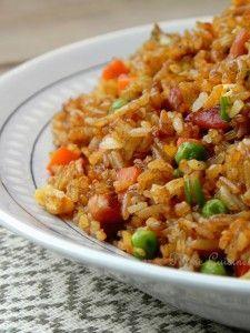 Riz cantonnais aux lardons (rapide) : - 1 portion de riz froid* pour 4 personnes ( j'ai cuit 350 g de riz long avec 50 cl d'eau) - 1 cuillère à soupe d'huile - 150 de lardons – 2 gousses d'ail – 2 cuillères à soupe de sauce soja – 2 petits œufs - 1 oignon vert – 8 cuillères à soupe de petits pois surgelés – 1 grande carotte - 1 cuillère à café d'huile de sésame (facultatif )