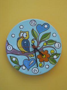 ceramica come mestiere: Orologio con gufo. Tecnica: cuerda seca. Clock Painting, Ceramic Painting, Stone Painting, Ceramic Birds, Ceramic Pottery, Paper Clay, Clay Art, Tile Art, Mosaic Art