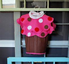 A cupcake costume for my Cupcake! Creative Kids Halloween Costume Tutorials ~ Eight By Five Cupcake Halloween Costumes, Hallowen Costume, Cute Costumes, Halloween Costumes For Girls, Costume Ideas, Donut Costume, Halloween Clothes, Halloween Week, Costume Tutorial