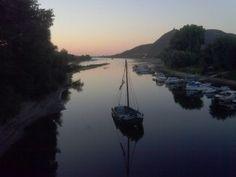 Spätsommerliche Abendstimmung mit Rheinblick von der Grafenwerther Brücke in Bad Honnef. Sandstrände bildeten sich am Altarm des Rheins, der das festlandseitige Rheinufer mit der Insel Grafenwerth verbindet. Wegen der lang anhaltenden Trockenheit ist der Flusspegel des Rheins mal wieder gesunken.