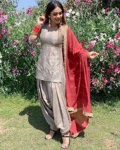 Patiala Dress, Punjabi Dress, Punjabi Girls, Patiala Salwar, Punjabi Suits, Simple Pakistani Dresses, Pakistani Outfits, Indian Outfits, Sexy Little Black Dresses