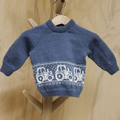 Maja Strikker: Traktorgenser Til Lillebr - Diy Crafts - Marecipe Kids Knitting Patterns, Baby Sweater Knitting Pattern, Knit Baby Sweaters, Baby Hats Knitting, Knitting For Kids, Knitting Stitches, Baby Patterns, Knitted Hats, Men Sweater