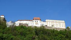 Hoch über den Dächern von Passau erhebt sich die Veste Oberhaus, eine Festung mit Jahrhunderte alten Mauern, befestigten Türmen und verwinkelten Ecken. Photo And Video, Mansions, House Styles, Instagram, Europe, House Of Lords, Adventure Travel, Passau, Natural Wonders
