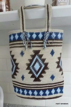 This post was discovered by Jana. Discover (and save!) your own Posts on Unirazi. Crotchet Bags, Knitted Bags, Crochet Handbags, Crochet Purses, Wiggly Crochet, Mochila Crochet, Tapestry Crochet Patterns, Tapestry Bag, Crochet Cushions