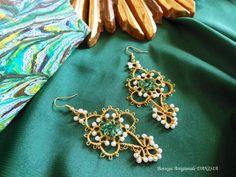 Orecchini realizzati a Chiacchierino con filato oro Gütermann, perle Rocailles e cristalli.