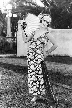 vintage everyday: 36 Vintage Photos Show a Unique and Elegant Style of Women Fashion 30s Fashion, Fashion History, Art Deco Fashion, Retro Fashion, Vintage Fashion, Fashion Stores, Belle Epoque, Style Année 20, 20th Century Fashion