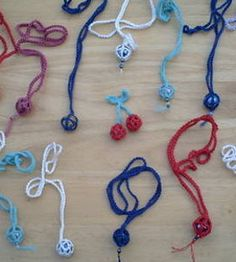 Crochet Marble Necklace - Tutorial Could also do this with pretty/special stones Necklace Tutorial, Diy Necklace, Necklaces, Bracelets, Yarn Crafts, Sewing Crafts, Free Crochet, Knit Crochet, Crochet Bags