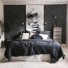 A dark bedroom with a black duvet cover - Een donkere slaapkamer met een zwart dekbedovertrek A dark bedroom with a black duvet cover – Everything to make your home your Home Bedroom Inspo, Home Decor Bedroom, Modern Bedroom, Bedroom Colors, Bedroom Furniture, Man's Bedroom, Dark Bedrooms, Dark Gray Bedroom, Bedroom Ideas