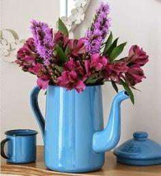 bule azul vira um vaso de flores - Pinterest