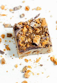These Butterfinger® Cookie Dough Bars are creamy, peanut buttery, no-bake cookie dough bars packed with crispety, crunchety Butterfinger pieces and topped with a luscious coating of chocolate, peanut butter and more Butterfinger! #butterfingerbars #nobake #cookiedoughbars #ediblecookiedough No Bake Cookie Dough, No Bake Cookies, Bar Cookies, Cookie Bars, Köstliche Desserts, Delicious Desserts, Dessert Recipes, Awesome Desserts, Butterfinger Cookies