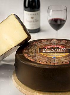 Brandy-Pähkinä juusto on nimensä mukaan brandyllä ja pähkinällä maustettu ylellisen herkullinen juusto.