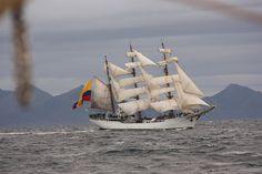 Vela alta navegando alrededor del Cabo de Hornos