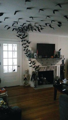 33 Halloween Decorations That Will Remind You You're Already Late Diy diy halloween crafts Soirée Halloween, Cheap Halloween Costumes, Adornos Halloween, Holidays Halloween, Halloween Fireplace, Halloween Makeup, Halloween Party Ideas, Diy Halloween Ravens, Diy Halloween Haunted House Ideas