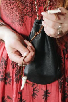 DIY: leather pouch - MUST TRY! *can also swap the leather out with canvas or printed fabric & leather handles