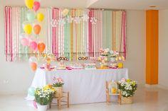 """A Fê Faz (www.afefazfestas.blogspot.com.br) transformou o tema jardim em uma festa de menina. Os tons de """"candy colors"""" deixaram a decoração atual e feminina"""