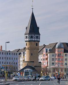 Bockenheimer Warte. Der Frankfurter Stadbefestigung vorgelagerter Aussichtsturm mit kleinem Wehrgehöft. Erbaut 1434 und 1435 http://upload.wikimedia.org/wikipedia/commons/6/68/Bockenheimer_Warte_Pano_Turm.jpg
