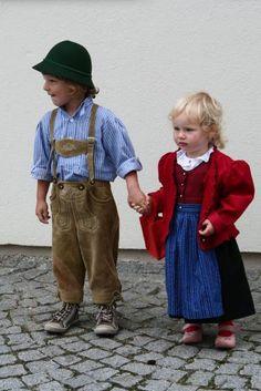 St. Florian am Inn: Familienzusammenhalt auf Oberösterreichisch: Tim Kaindl aus St. Florian am Inn nimmt seine kleine Cousine Linda Berger aus Eggerding an der Hand - beide bestens gekleidet! Das Foto entstand anlässlich der Taufe von Tims Bruder Silas. (Bild: Kaindl)