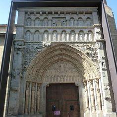 Iglesia de Santa María la Real de #Sangüesa. Magnífica portada, auténtico retablo en piedra, considerada como una de las obras cumbre del #románico en España, representa el Juicio Final. (Foto: @almazulana / Instagram) #Navarra #CaminodeSantiago