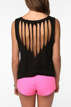 Cool DIY T-shirt Redesign Ideas Cool DIY T shirt Redesign Related posts: DIY: T-shirt with wholes… need to do this with the shirts I rarely wear Diamond Back T-Shirt – DIY Chic T-shirt Refashion Ideas with DIY Tutorials DIY T-Shirt Rekonstruktionen Umgestaltete Shirts, Cut Up Shirts, Zumba Shirts, Ripped Shirts, Cutting T Shirts, Ways To Cut Shirts, Rave Shirts, Button Shirts, Work Shirts