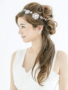 耳下のラインから上の髪をいくつかのパーツに分けます。 ■お問い合わせ先 マリア ラブレース tel.03-3780-5380 ■掲載元:「25ansウエ...