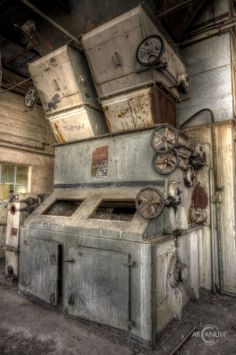 Photos from an abandoned heating plant in East Germany.