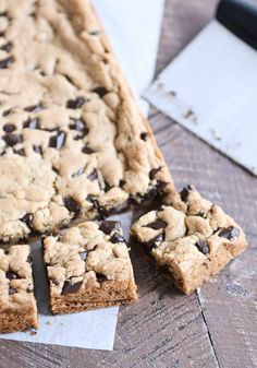 These super soft, chewy chocolate chip cookie bars are easy (one bowl!) and so delicious! The perfect fix for that chocolate chip cookie craving.   melskitchencafe.com #chocolatechipcookiebars #cookiebars #chocolatechipcookies