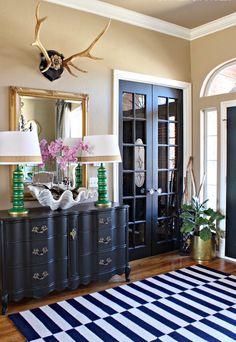 menuiserie-porte-vitree-meuble-tapis-noir-blanc-entree-maison-chic