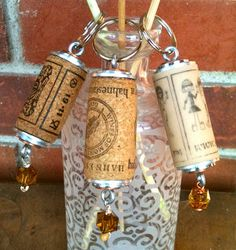 Wine Cork Key Chains Take one cork, stack descending size washers of different colored metals to the top and bottom, and screw in an eye screw. They also look great if you simply use a screw on the. Wine Craft, Wine Cork Crafts, Wine Bottle Crafts, Wine Cork Projects, Craft Projects, Craft Ideas, Wine Bottle Corks, Bottle Caps, Deco Nature
