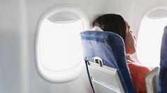 En los vuelos largos tu cuerpo se hincha ligeramente debido a la acumulación de líquidos. Los anillos apretados, zapatos y cinturones pueden causar molestias considerables. Los pantalones y camisas sueltas o las cinturas elásticas pueden hacer tu viaje mucho más cómodo.